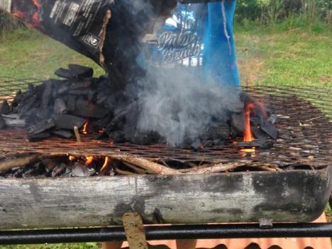Allumage du barbecue mise en place du charbon sur la grille