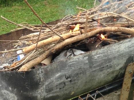 Allumage du barbecue preparation avec des branchages