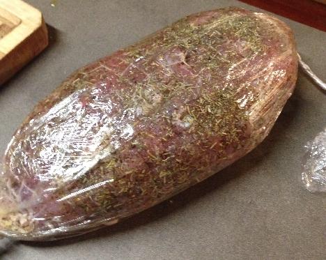 Roti de porc en marinade soous film alimentaire