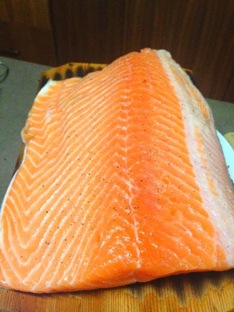 Saumon sur planche de cèdre rouge sel et poivre