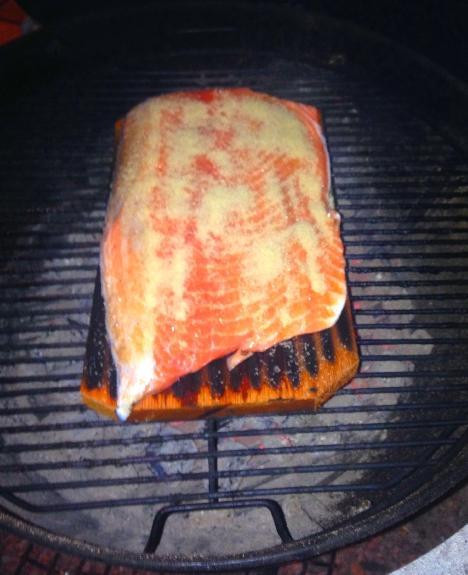 Saumon sur planche de cedre rouge en cuisson weber