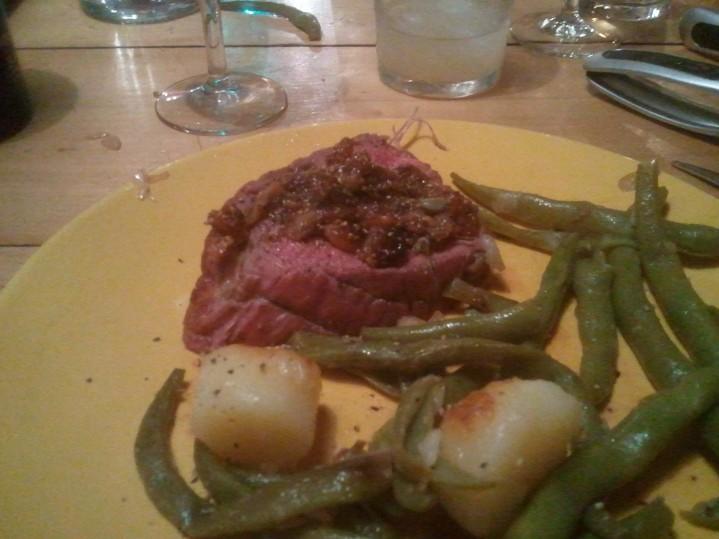 Rôti de bœuf et sa compotée de figues servi avec une poêlée de légumes du jardin